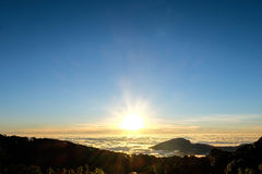 Mar do nascer do sol da névoa em Chaingmai, Tailândia Foto de Stock