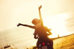Mar do por do sol do curso dos pares da motocicleta do estilo de vida Fotos de Stock