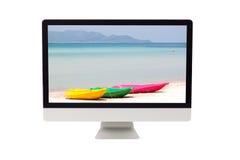 Mar do verão com o caiaque colorido no monitor do computador Imagem de Stock Royalty Free