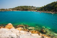 Mar dos azuis celestes, pedras na costa Férias perto do mar fotografia de stock