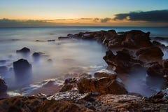 Mar dramático del océano con púrpura oscura foto de archivo