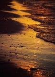 Mar durante puesta del sol de oro Foto de archivo