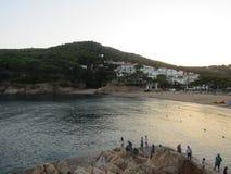Mar e aldeia da montanha foto de stock