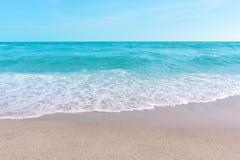 Mar e areia e c?u bonito em um dia de relaxamento, brisa fresca foto de stock royalty free