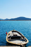 Mar e barco azuis Foto de Stock