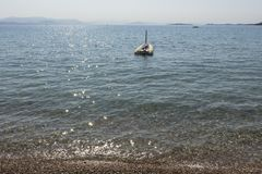 Mar e barco azuis Cores tropicais do verão Fotos de Stock Royalty Free