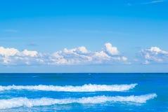 Mar e céu azuis com nuvens fotografia de stock