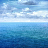 Mar e céu azul Imagem de Stock Royalty Free