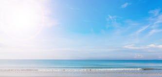 Mar e céu azul Foto de Stock Royalty Free