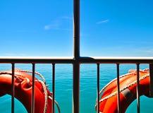 Mar e céu de dois trilhos do metal branco das boias foto de stock royalty free