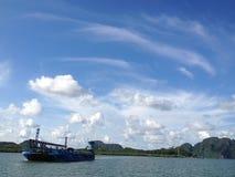 Mar e céu maravilhosos horizontais com opinião do barco e da ilha no Kr Imagens de Stock Royalty Free