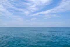 Mar e céu no dia, Seascape do Golfo da Tailândia, no leste Foto de Stock