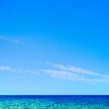Mar e céu tropicais bonitos - fundo da cena do verão foto de stock royalty free