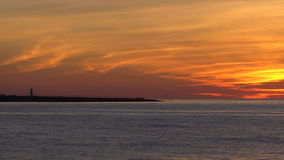 Mar e costa no por do sol vídeos de arquivo