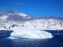 Mar e gelo perto das montanhas fora da península antártica ocidental Imagens de Stock Royalty Free