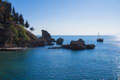 Mar e ilha rochosos Fotos de Stock