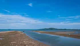 Mar e isla con el cielo azul profundo, paisaje Fotos de archivo libres de regalías