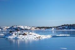 Mar e islas congelados Imagenes de archivo