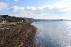 Mar e litoral calmo dos céus imagem de stock