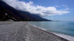 Mar e litoral com as montanhas em Gagra A Abkh?sia video estoque
