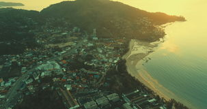 Mar e litoral da praia no por do sol filme