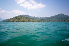 Mar e montanha e céu azul (cena da natureza) Imagem de Stock