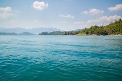 Mar e montanha e céu azul (cena da natureza) Foto de Stock