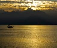 Mar e montanhas Imagens de Stock Royalty Free