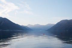 Mar e montanhas Fotografia de Stock