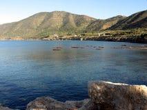 Mar e montanhas Imagens de Stock