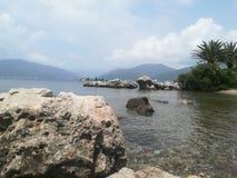 Mar e montanhas Imagem de Stock