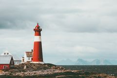 Mar e montanhas da paisagem de Noruega do farol de Tranoy no escandinavo do cenário do curso do fundo fotos de stock