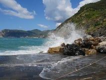 Mar e montanhas de Cinque Terre fotos de stock