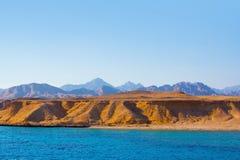Mar e montanhas em Egipto Imagem de Stock