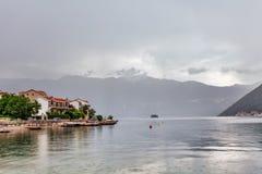 Mar e montanhas no tempo chuvoso ruim Fotografia de Stock