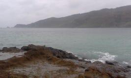 Mar e monte Foto de Stock Royalty Free