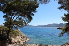 Mar e Mountain View em Mallorca norte imagem de stock