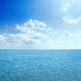 mar e nuvens no céu azul com sol fotos de stock