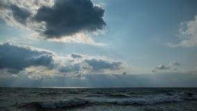 Mar e ondas na praia tropical da linha costeira do mar Imagens de Stock Royalty Free