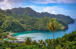 Mar e palmeiras em São Vicente e Granadinas imagens de stock