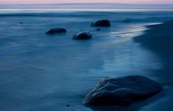 Mar e pedras Fotos de Stock