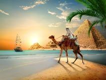 Mar e pirâmides imagem de stock