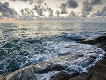 Mar e rocha no por do sol Foto de Stock Royalty Free