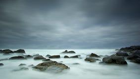 Mar e rochas enevoados fotografia de stock royalty free
