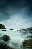 Mar e rochas enevoados imagem de stock royalty free