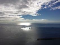 Mar e sol azuis Imagem de Stock Royalty Free