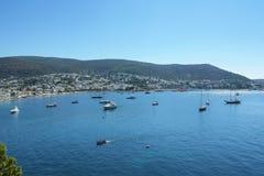 Mar Egeo, baia di Bodrum, Turchia Mare blu con gli yacht e le barche fotografia stock libera da diritti