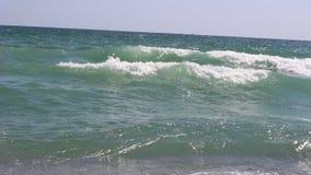 Mar emocionante en las ondas intensivas de Obzor peligrosas con agosto anaranjado o rojo del código durante el día metrajes