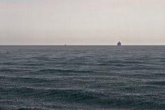 Mar en la lluvia Imagenes de archivo