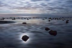 Mar en la noche Fotos de archivo libres de regalías